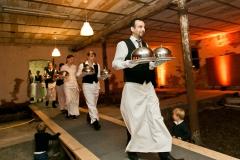 Kellner servieren Speisen beim Catering von Hotel Deutsche Eiche Uelzen